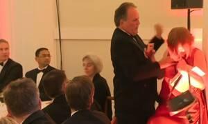 Σάλος: Βουλευτής επιτέθηκε σε διαδηλώτρια - Δείτε το βίντεο ντοκουμέντο