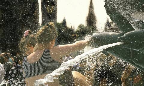 «Παραλύει» η Ευρώπη από το πρωτοφανές κύμα καύσωνα - Πού θα φτάσει η θερμοκρασία