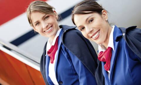 Το ήξερες; Για αυτό οι αεροσυνοδοί έχουν χέρια πίσω από την πλάτη στην υποδοχή (pics+vid)