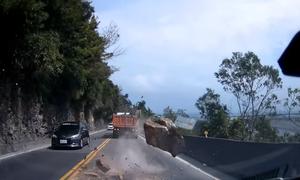 Σοκ: Βράχος κόντεψε να διαλύσει αυτοκίνητα (vid)