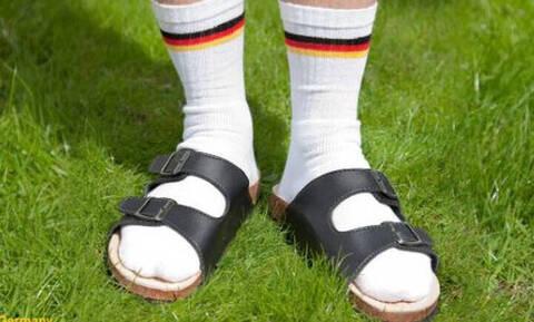 Η γερμανική πρεσβεία στην Αθήνα καλωσορίζει το καλοκαίρι με... πέδιλο και κάλτσα –Δείτε την ανάρτηση