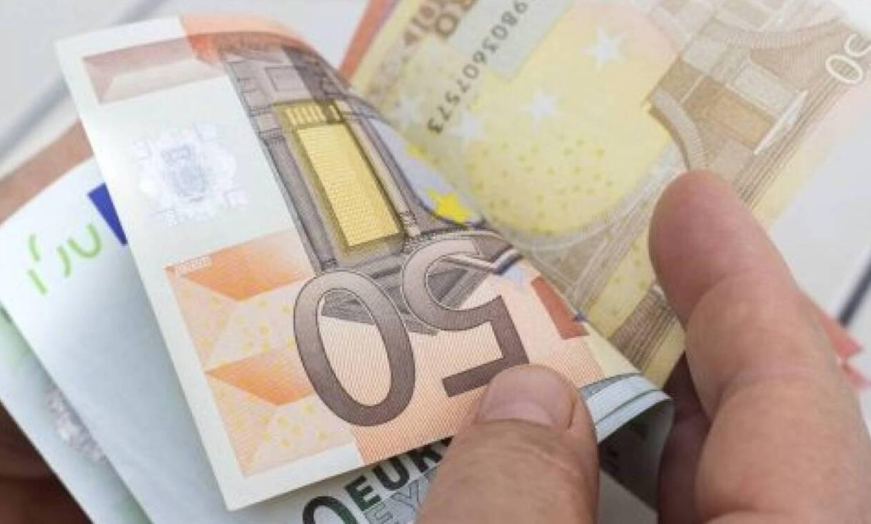Μπαράζ πληρωμών από Δευτέρα: Ποιοι θα δουν λεφτά στους λογαριασμούς τους (vid)