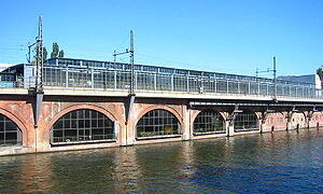 Τρομακτική βαρκάδα: «Πανικός» μετά από αυτό που έκανε άντρας που στεκόταν σε γέφυρα