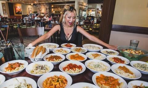Απίστευτη! Δεν φαντάζεστε πόσα πιάτα μακαρόνια «κατέβασε» σε 25 λεπτά (photos+video)