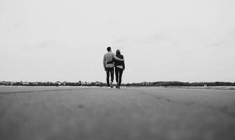 Τον πήρε ξαφνικά αγκαλιά: Αυτό που έπαθε θα το θυμάται για χρόνια