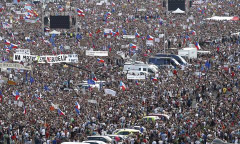 Πράγα: Χιλιάδες στους δρόμους κατά του πρωθυπουργού (video)