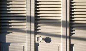 Άνοιξαν την ντουλάπα και «πάγωσαν» με αυτό που είδαν - Ειδοποίησαν την Αστυνομία (vid)