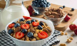Τροφές που χορταίνουν και σας βοηθούν να αδυνατίσετε πιο γρήγορα (video)