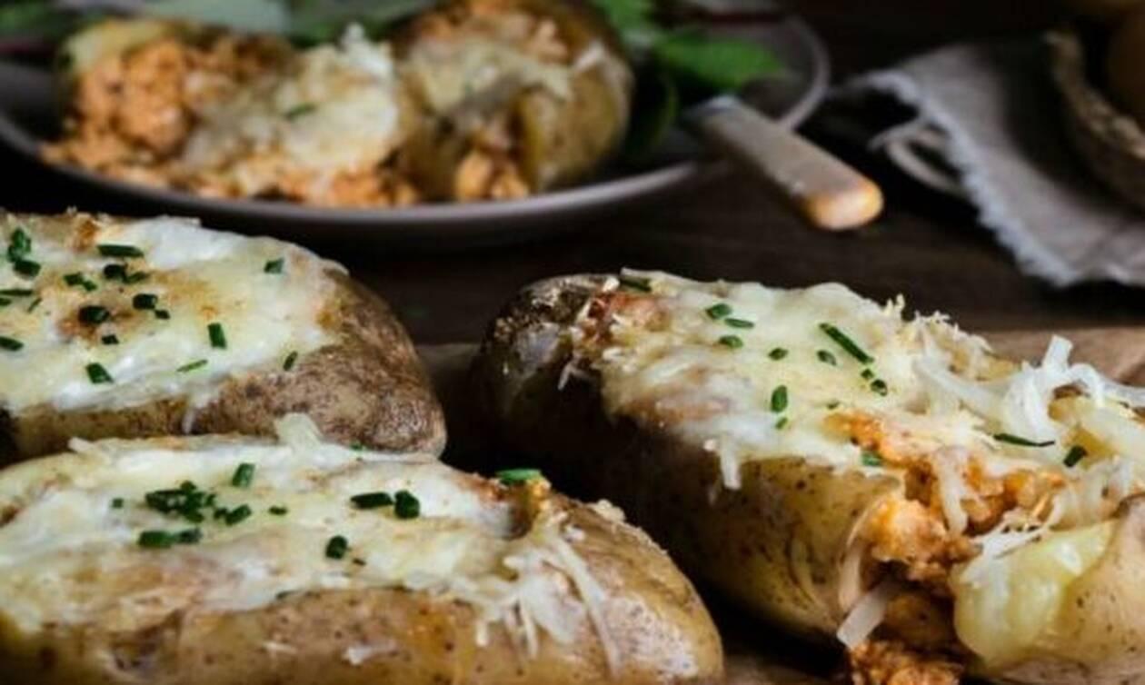 Η συνταγή της ημέρας: Γεμιστές πατάτες με Κρητική Γραβιέρα, κιμά κοτόπουλο και γιαούρτι