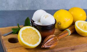 Η συνταγή για να φτιάξετε το πιο νόστιμο sorbet λεμόνι χωρίς παγωτομηχανή (vid)