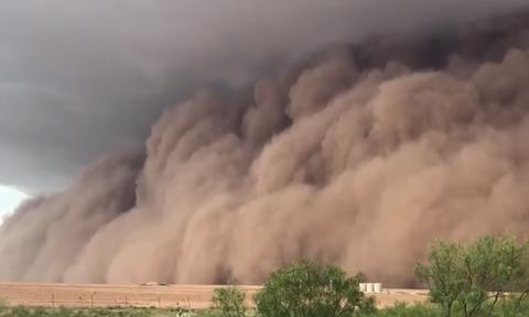 Video που κόβει την ανάσα: Αμμοθύελλα «καταπίνει» ολόκληρη πόλη