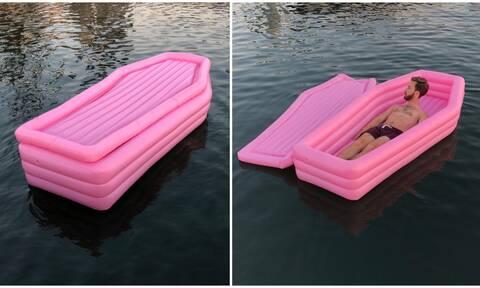 Απίστευτο! Έφτιαξε φέρετρο για στρώμα θαλάσσης! (photos)