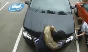Γυναίκα προσπαθεί να φουσκώσει ελαστικά με φορτιστή (video)