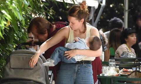 Λένα Παπαληγούρα: Οι τρυφερές στιγμές με τον γιο της στη μέση του δρόμου - Θα λιώσετε (photos)