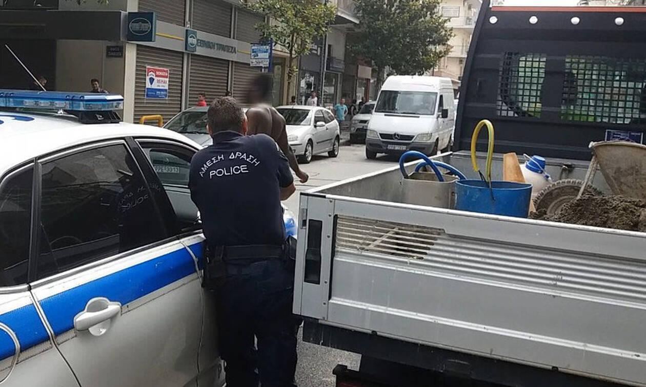 Πανικός στο κέντρο της Λάρισας: Καρέ - καρέ η σύλληψη άνδρα που κυκλοφορούσε γυμνός (pics)