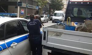Πανικός στο κέντρο της Λάρισας: Καρέ - καρέ η σύλληψη άνδρα που κυκλοφορούσε γυμνός (vid)