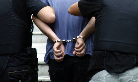 Ηράκλειο: Γυαλιά - καρφιά τα έκαναν ανήλικοι Πολωνοί - Τους κέρασαν κουλουράκια οι αστυνομικοί