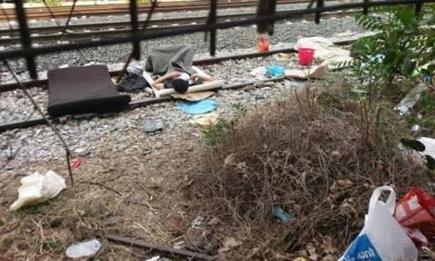 Εικόνες ντροπής στη Θεσσαλονίκη - Μετανάστες κοιμούνται στις ράγες των τρένων
