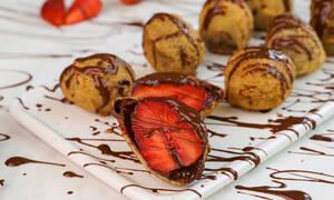 Λαχταριστές τηγανητές φράουλες με σοκολάτα
