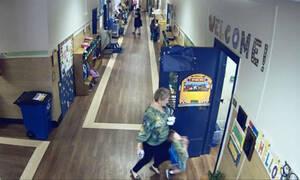 Δασκάλα κλώτσησε μαθητή της που στεκόταν στην πόρτα (vid)