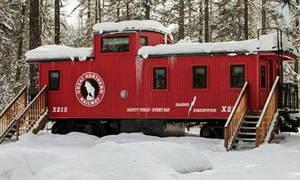 Πήρε μια παλιά μηχανή τρένου και την έβαλε στο δάσος! Οταν δείτε το εσωτερικό της θα πάθετε πλάκα...