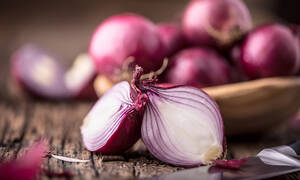 Καθημερινή κατανάλωση κόκκινου κρεμμυδιού: Όλα τα οφέλη για την υγεία (video)