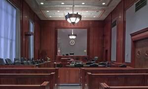 Σκηνές – σοκ στο δικαστήριο: Έκοψε το λαιμό του μπροστά στους δικαστές (vid)