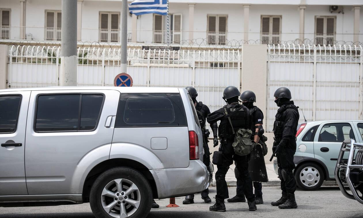 Φυλακές Κορυδαλλού: Tραπέζια του πόκερ, μηχανές εσπρέσο και όπλα εντόπισαν οι αστυνομικοί