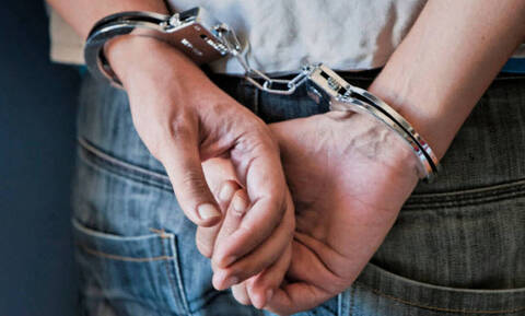 Κρήτη: Χειροπέδες σε 34χρονο που έθαψε στην αυλή του τμήμα κίονα