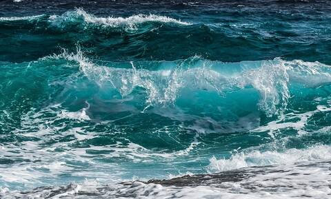 Παραλίγο τραγωδία στη Σητεία: Μάχη με τα κύματα για τρεις ανήλικους