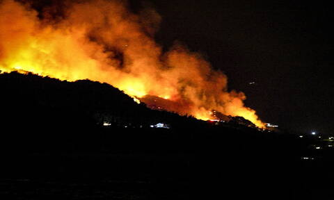 Φωτιά ΤΩΡΑ στην Κάρυστο: Η ανακοίνωση της Πυροσβεστικής για τη μεγάλη πυρκαγιά (χάρτης)