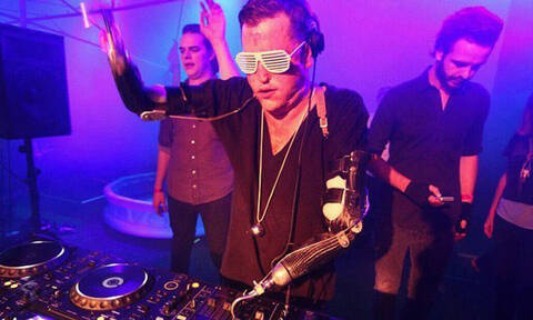 Yποκλιθείτε: Αυτός ο DJ δεν έχει χέρια αλλά είναι εξαιρετικός! (pics+vid)