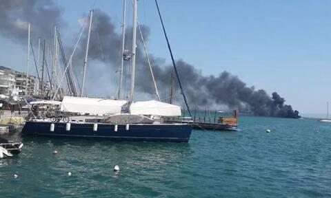 Συναγερμός στο Βόλο: Φωτιά σε ιστιοπλοϊκό σκάφος στην παραλία