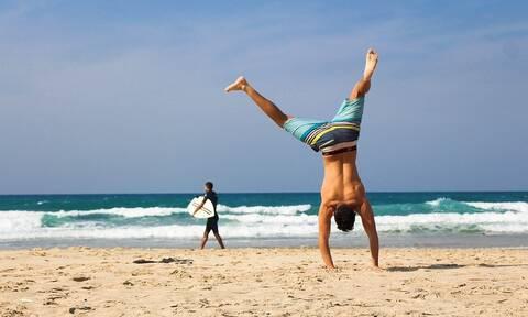 Το γυμναστήριο ενός άνδρα μπορεί να είναι η παραλία - Τα αποτελέσματα θα είναι μοναδικά