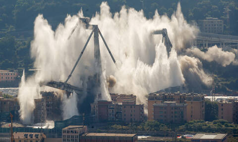 Συγκλονιστικό βίντεο: Κατεδαφίστηκε η μοιραία γέφυρα της Γένοβας