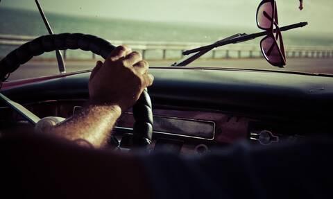 Τρόμος για οδηγό – «Πάγωσε» με αυτό που είδε στο παρμπρίζ του