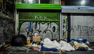 Απίστευτο: «Δάκρυσαν» οι άστεγοι στην Αθήνα -  Δείτε τι έκανε νεαρός (vid)