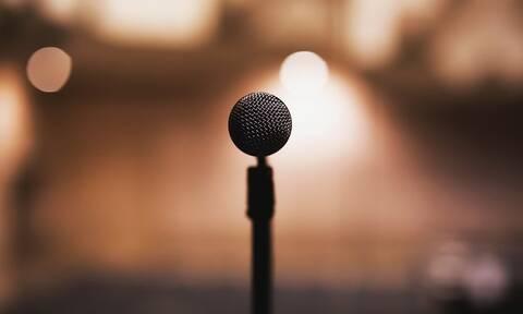 Έλληνας τραγουδιστής: Μου έφεραν δώρο στην πίστα ένα... προφυλακτικό