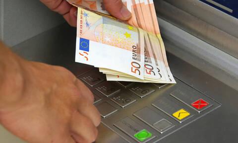 «Φωτιά» οι χρεώσεις στα ΑΤΜ: Πόσα θα μας κρατάνε για αναλήψεις από Δευτέρα (01/07)