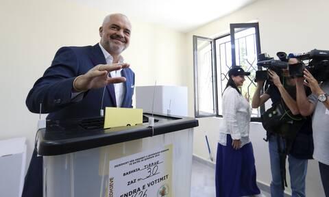 Εκλογές Αλβανία: To ντύσιμο του Έντι Ράμα τράβηξε τα βλέμματα (pics)