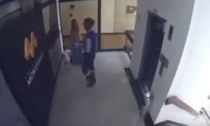 Βίντεο - ΣΟΚ: Μητέρα σώζει το γιο της που πέφτει στο κενό