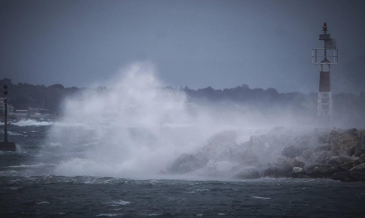 Σκηνές - σοκ για: Το «Paros Jet» γέρνει παλεύοντας με τα μανιασμένα κύματα