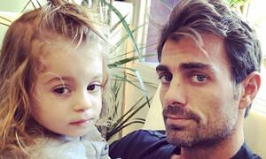 Στέλιος Χανταμπάκης: Μαθαίνει στην κόρη του τι να λέει όταν ένα αγοράκι θέλει να τη φιλήσει (vids)