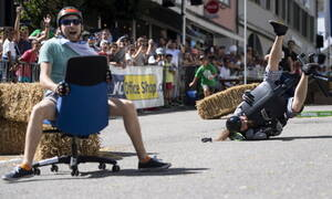Κι όμως... διοργανώνονται διεθνείς αγώνες ταχύτητας με καρέκλες γραφείου και έχουμε φωτογραφίες!