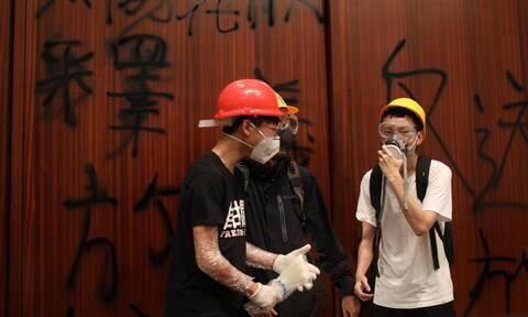 Χάος στο Χονγκ Κονγκ: Διαδηλωτές εισέβαλαν στο Κοινοβούλιο (pics+vid)