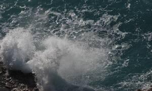 Κρήτη: Καρέ - καρέ η διάσωση τουρίστριας από τα μανιασμένα κύματα (vid)