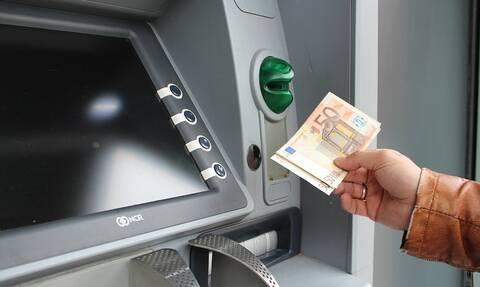 ΑΤΜ: Αυτές είναι οι νέες χρεώσεις ανά τράπεζα