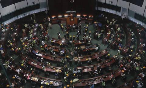Χονγκ Κονγκ: Διαδηλωτές εισέβαλαν στο Κοινοβούλιο