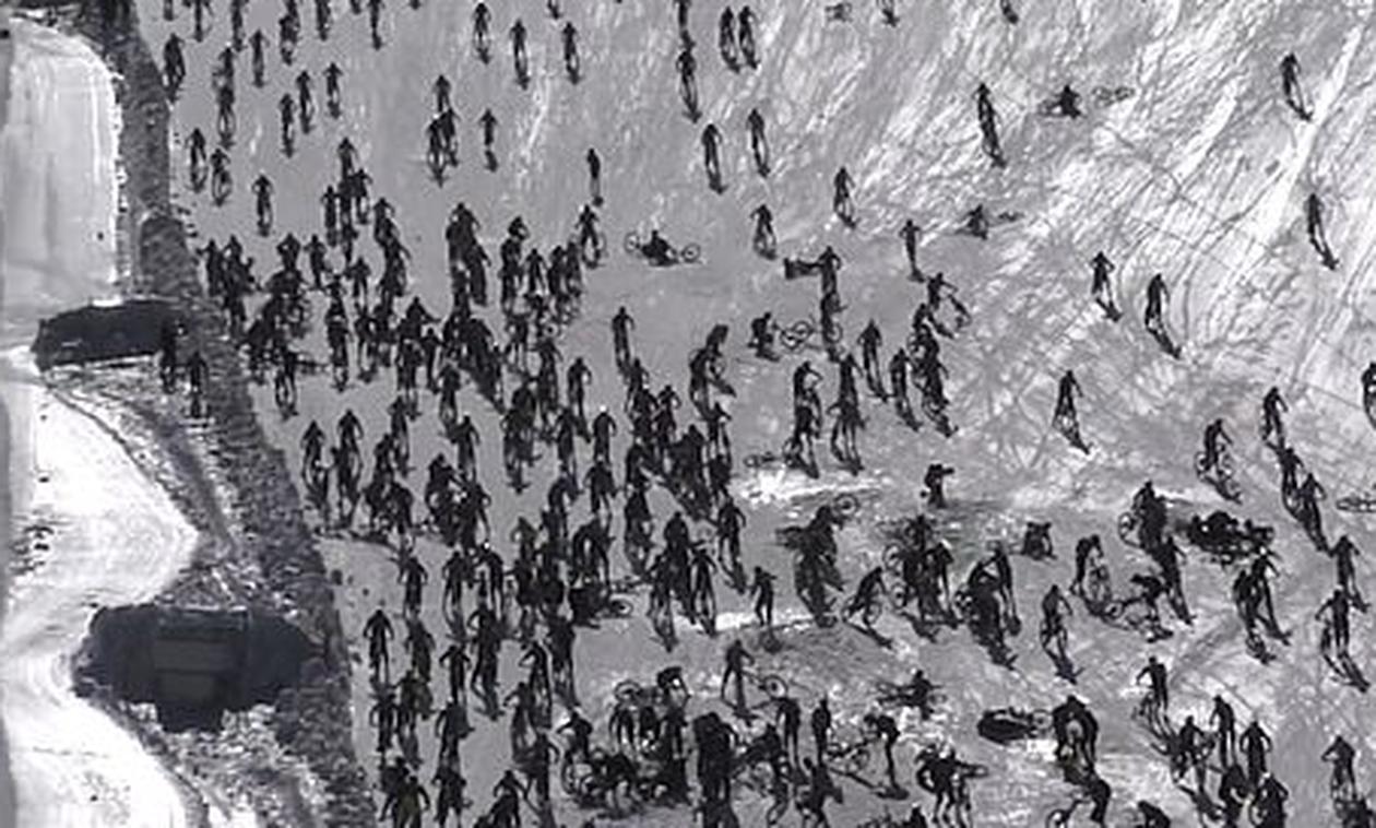 Απίστευτο βίντεο: Εκατοντάδες ποδηλάτες κατεβαίνουν την πλαγιά και ξαφνικά... το χάος!