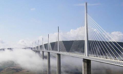 Πού βρίσκεται η εντυπωσιακή γέφυρα που ξεπερνά τα σύννεφα; (pics+vid)